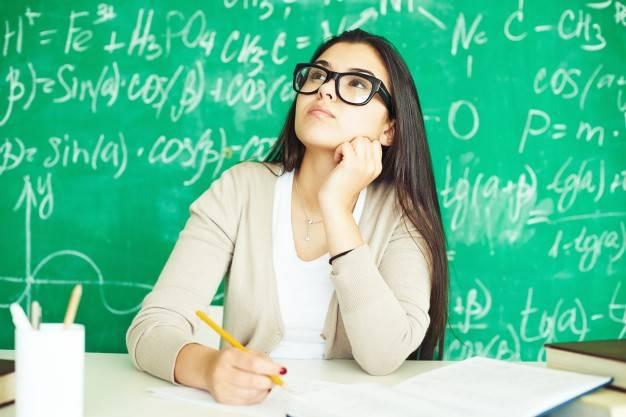 fille-avec-des-lunettes-en-classe_1098-223.jpg